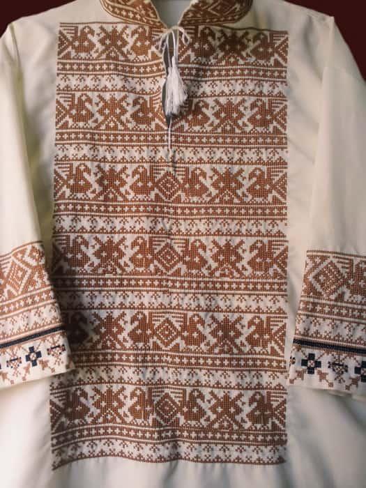 Славянская вышиванка монохром, вышитая на белом габардине, вышивка крестиком
