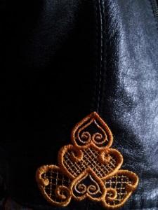 Украшение вышивкой. Растительный орнамента на пиджак
