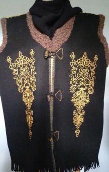 Украшение вышивкой. Жилет с авторским орнаментом на груди