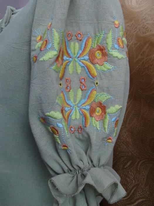 Блуза льняная салатового цвета, рукав фонарик присобран на резинку