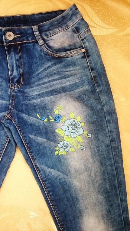 Джинсы с вышивкой гладью ''Синие розы'' (фрагмент).