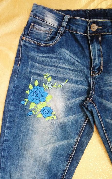 Джинсы с вышивкой гладью ''Синие розы'' (фрагмент)