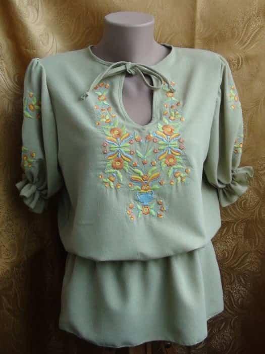 Блуза льняная салатового цвета, вышивка гладью под петрикивскую роспись с красивым растительеым орнаментом
