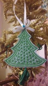 Игрушка новогодняя вышитая. Зеленая елочка