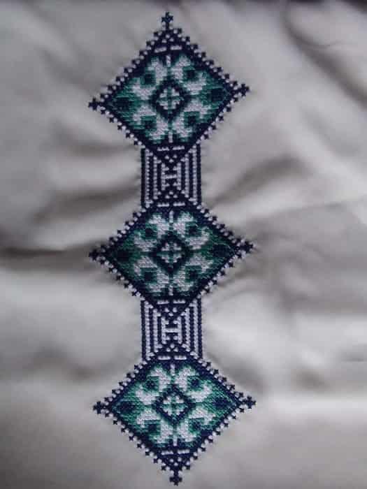 Комбинезон с капюшоном. Элемент вышивки на капюшон.