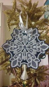 Украшение новогоднее. Вышитая Снежинка с завитками